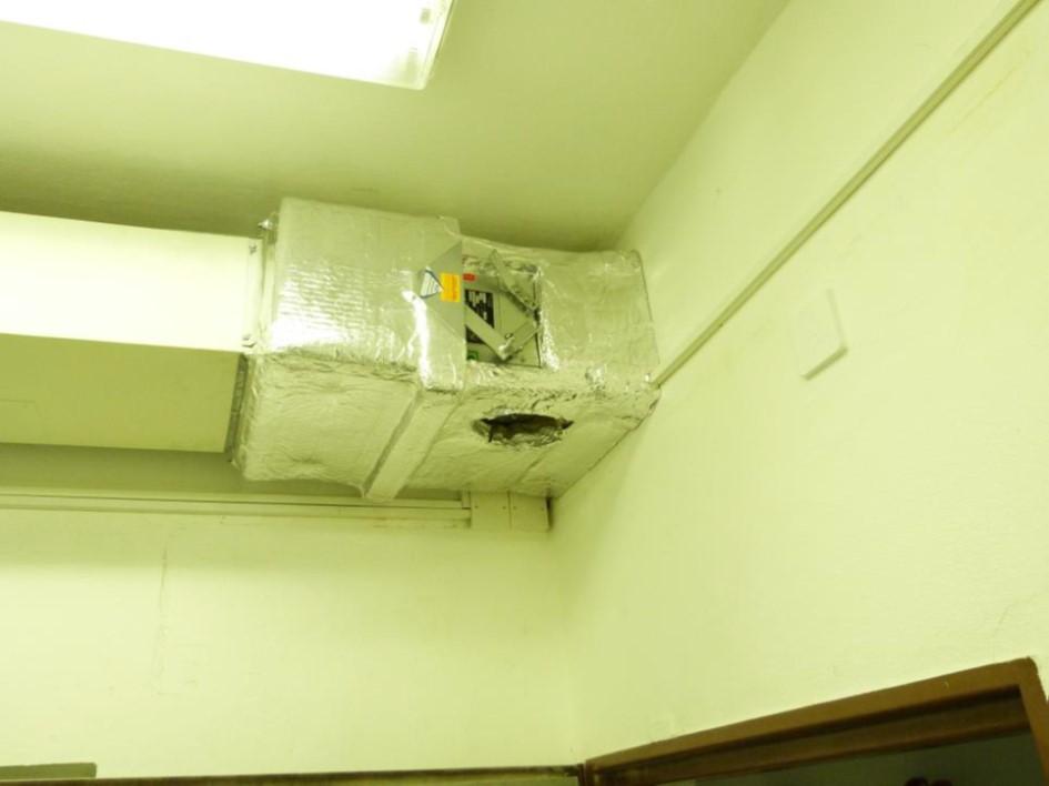 příklad opačné orientace požární klapky k dělící konstrukci